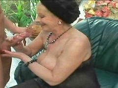 Mummi, Grannise