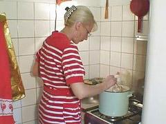 في المطبخ