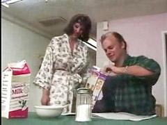 Мама, Дойки, Доит дойки молоко