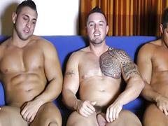 Групповой минет, Татуированая брюнетка, Мускулистый кавказец, Мускулистые кавказцы, Групповая дрочка геев, Мускулистые