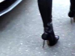 Külotlu coraplı, Külotlu çoraplı, Sokakta