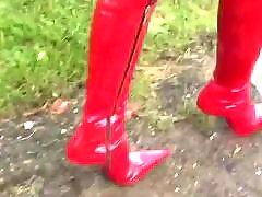 女童引导, 皮靴女郎